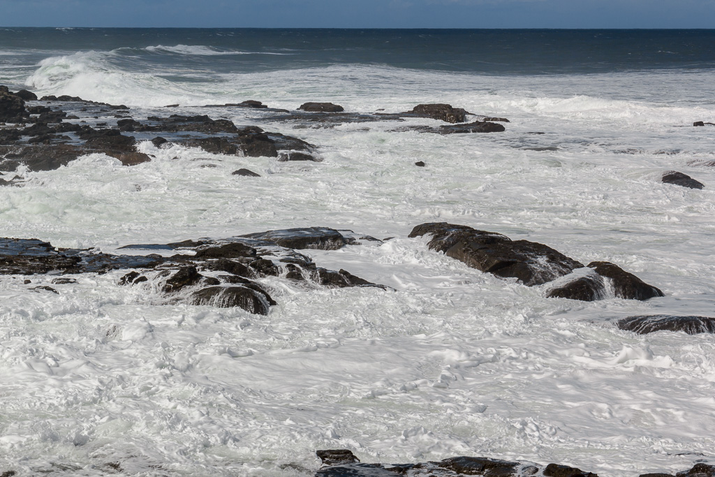 waves-breaking-white-water-rocks