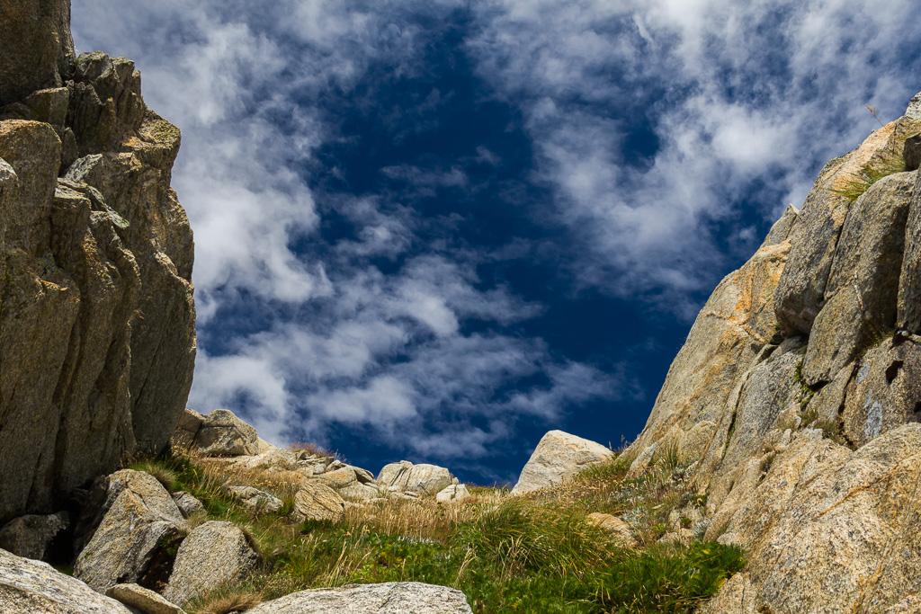 rock-gully-blue-sky