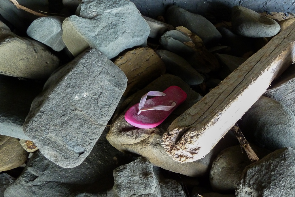 pink-thong-shoe-on-rocks-beach