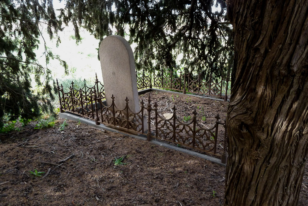 headstone-under-tree-old-hopetoun-cemetery