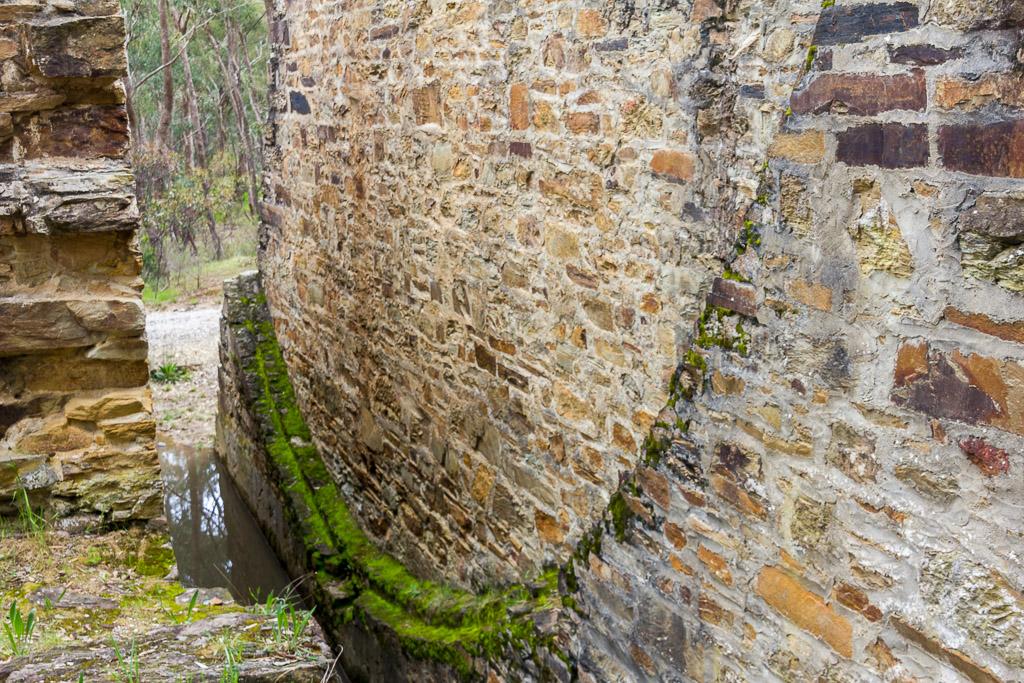 centre-bricks-ruins-water-wheel-garfield