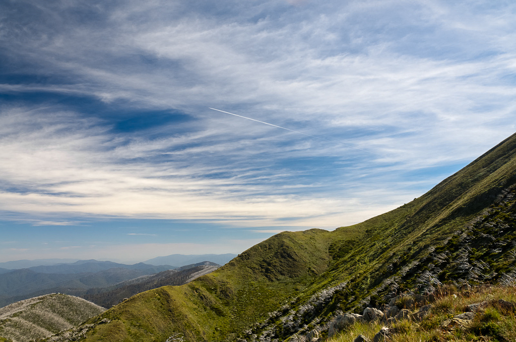 jet-contrail-near-Mt-Feathertop