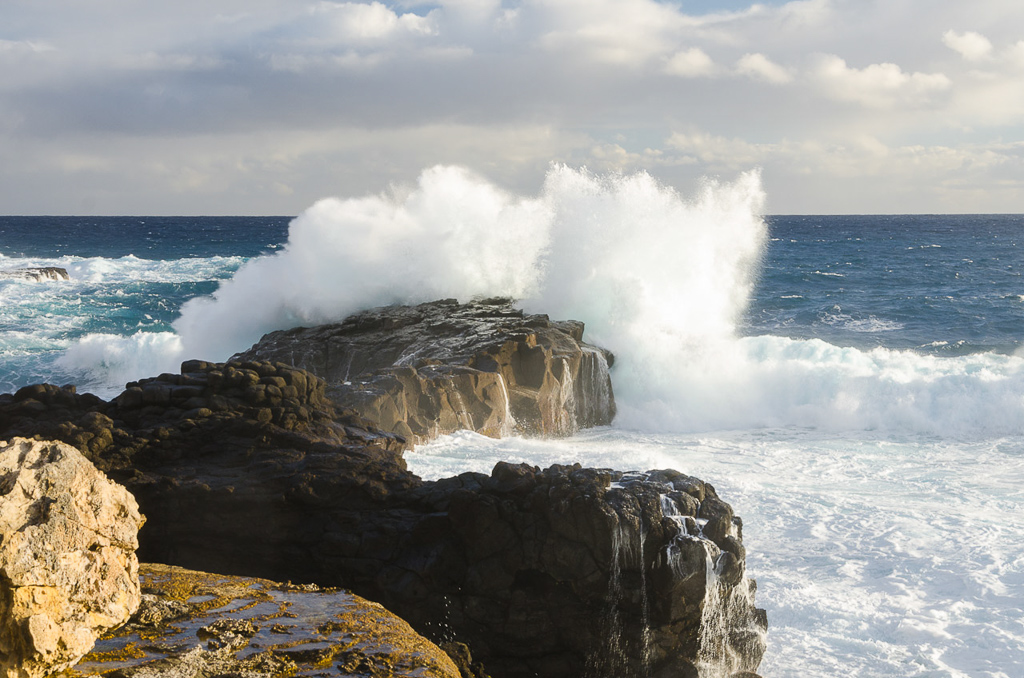 wave-breaking-on-rocks