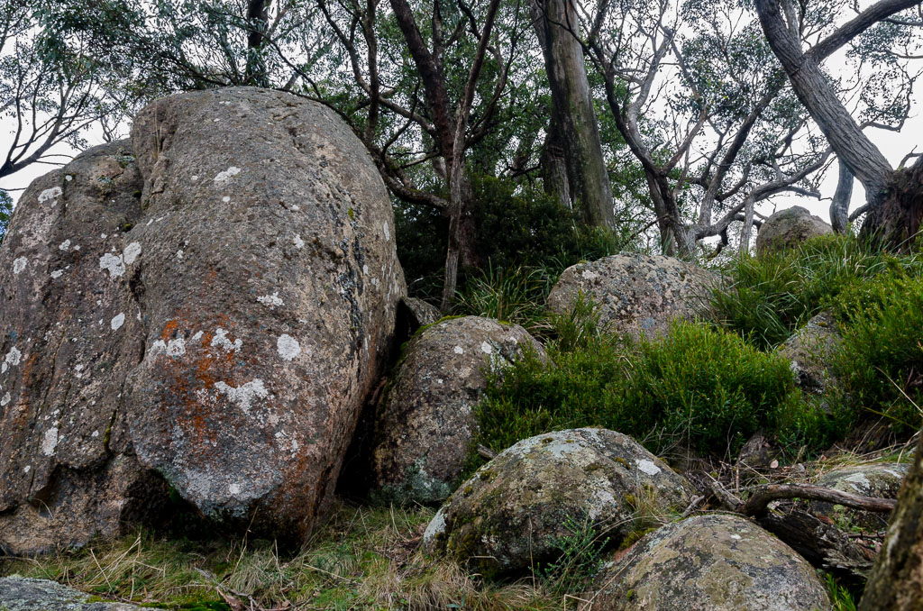 climbing-towards-granite-boulders-mt-langi-ghiran