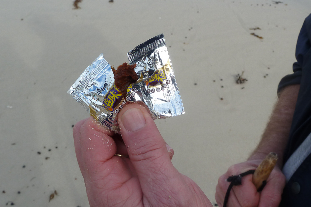 spice-packet-on-beach