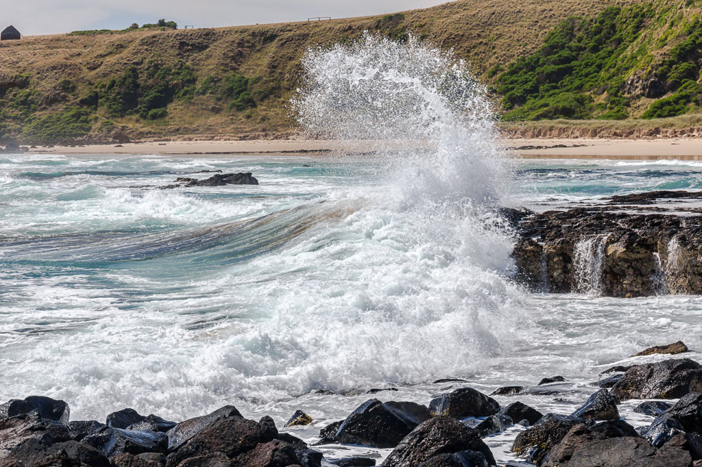 wave-breaking-on-rock