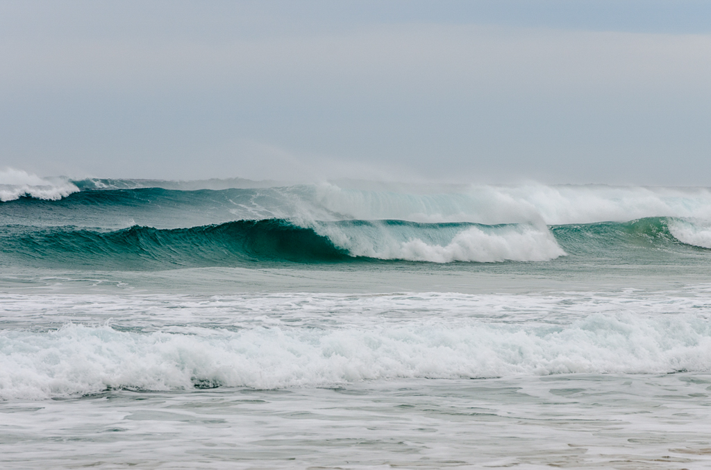 waves-breaking-discovery-bay-beach