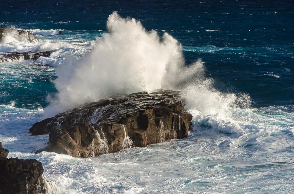 waves-breaking-during-heavy-seas