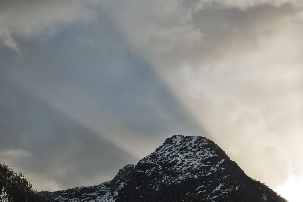 sunset-rays-above-ducane-range-tasmania