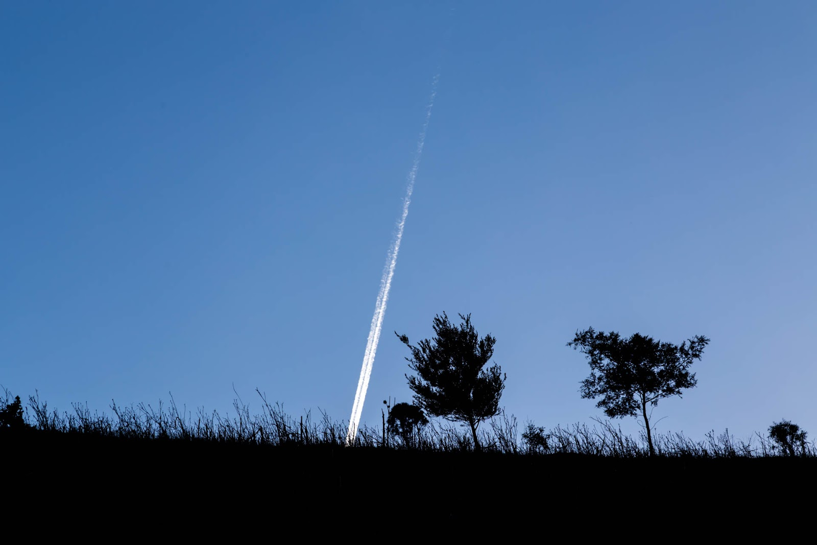 plane-contrail-above-werribee-gorge