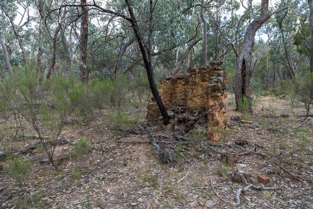 stone-chimney-ruins-dry-diggings-track