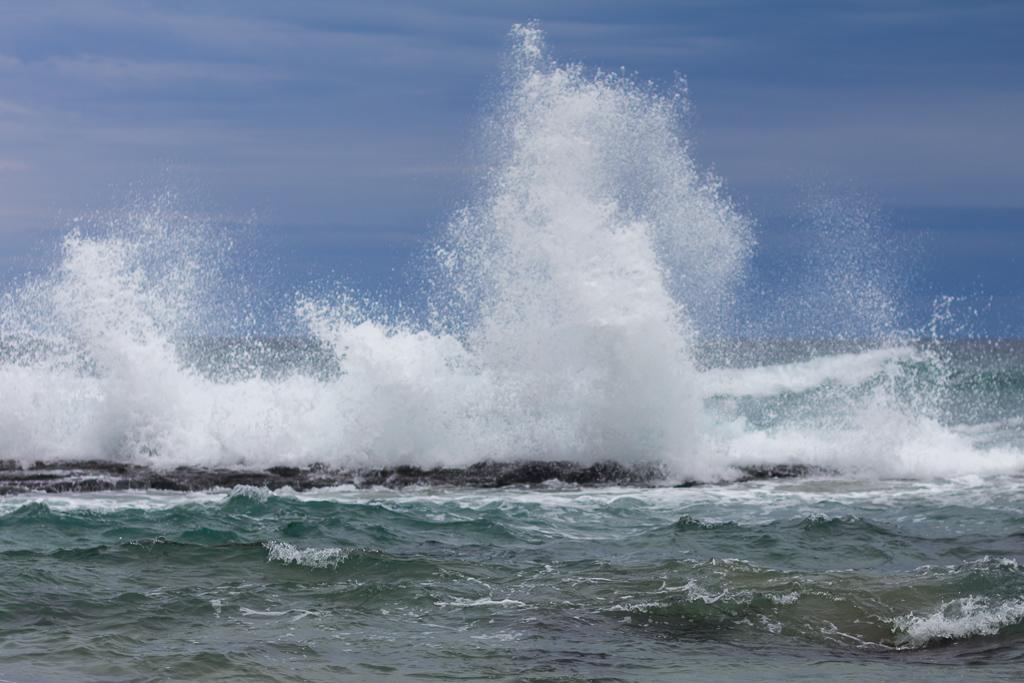 wave-breaking-on-rocks
